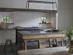 Keuken, keukenblok, Hollandse witjes, oud eiken en antieke Belgisch hardstenen dallen | t Achterhuis Historische Bouwmaterialen