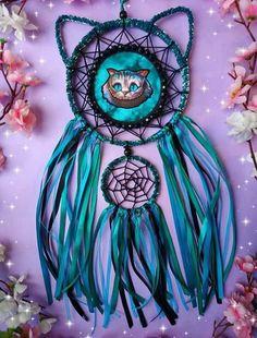 Dreamcatcher Cheshire Cat from Wonderland - Diy furniture for teens Dream Catcher Patterns, Dream Catcher Decor, Creative Crafts, Diy Crafts For Kids, Rock Crafts, Arts And Crafts, Dreamcatcher Wallpaper, Beautiful Dream Catchers, Painted Rocks Kids