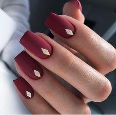 Матовые красные ногти, минимализм
