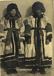 Женщины в меховых костюмах (фас). Якуты. Якутия (Саха), конец XIX в.