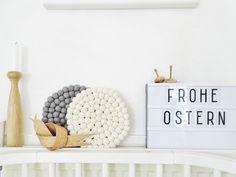 h ngende konfetti eier im gardinenring ganz viel. Black Bedroom Furniture Sets. Home Design Ideas