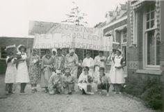 Nr 13: Recht van demonstratie. Verpleegsters van het Zeehospitum Zonneveld in Oostkapelle demonstreren in 1960 tegen het verpleegsterstekort. #IAD15 #democracy Uit: Archief Zeehospitum Zonneveld. Vindplaats in Zeeuws Archief: http://www.archieven.nl/nl/search-modonly?mivast=239&mizig=210&miadt=239&miaet=1&micode=400&minr=1167346&miview=inv2