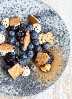 Blåbær med calvados, hvid chokoladecreme og lakridsmarengs | Torvehallernekbh