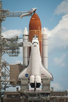 NASA's Endeavour on launch pad at Kennedy Space Flight Center. NASA's Endeavour on launch pad at Kennedy Space Flight Center. Hubble Space Telescope, Space And Astronomy, Nasa Space Program, Cosmos, Space Rocket, Kennedy Space Center, Launch Pad, Air Space, Andromeda Galaxy