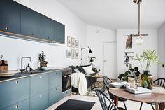 Une cuisine bleu foncée dans une studette