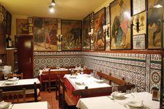 Adelante, este es el interior de nuestro comedor, la parte del fondo. Los azulejos son de ceramica granadina. Los carteles, de toros, de corridas ilustres de coleccionista