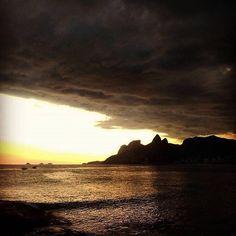 Tem de Tudo!  Essa foto retrata bastante o que foi o final semana e os últimos tempos aqui no Rio. Vamos enxergar com bons olhos e desfrutar deste duelo entre o Sol e a chuva. Vamos com tudo a semana está apenas começando!  #temdetudo_rj  Fonte: @euluisaolivares by temdetudo_rj