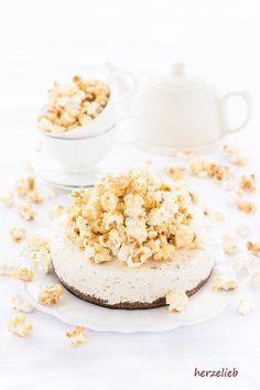 Caramel Eistorte Rezept mit Popcorn und Mandeln von herzelieb