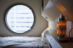 i-am-phytagore: Nagakin Capsule Tower Big Windows, Windows And Doors, Nakagin Capsule Tower, Kisho Kurokawa, Tadao Ando, Famous Architects, Ball Lights, Room Interior Design, Small Apartments