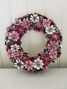 Pine Cone Art, Pine Cone Crafts, Wreath Crafts, Ornament Wreath, Pine Cones, Diy Home Decor, Christmas Wreaths, Crafting, Holiday Decor