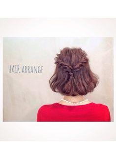 カジュアルなハーフアップスタイルです。①左右の髪をきつめのフィッシュボーンで真ん中に集めます。②ハーフアップスタイルでうまく崩して緩めにするのがポイントです。短めのボブでも出来るスタイルなので短めヘアーの方にもオススメです。