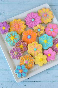 Beautiful cookies, but recipe no good. Cookies easily broke, not as tasty. Royal icing didn't flow and tasted flowery. Pretty Decorated Flower Cookies - by Glorious Treats Summer Cookies, Fancy Cookies, Cut Out Cookies, Iced Cookies, Cute Cookies, Easter Cookies, Spring Cupcakes, Flower Sugar Cookies, Sunflower Cookies