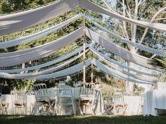 Montaje en jardín con telares blancos y rosas y guirnalda de luces LED Chill, Luz Led, Sun, Wedding Decoration, Civil Ceremony, Tropical Gardens, Discos, Floral Decorations