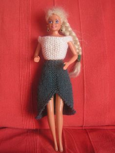 Top blanc point de riz et jupe bleue, longue, fendue devant – Kekeli bricole – Herzlich willkommen Barbie Knitting Patterns, Barbie Clothes Patterns, Clothing Patterns, Barbie Song, Barbie Dress, Habit Barbie, Couture, Barbie And Ken, Knitted Dolls