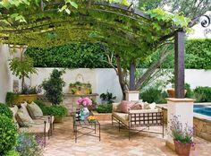 Creare un pergolato di uva è un'idea perfetta per un angolo del giardino davvero splendido - arredi rustici in ferro e stoffa colori naturali