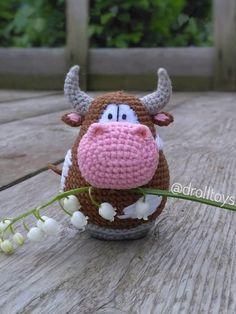 Бесплатный мастер-класс крючком по вязанию бычка Трюфеля амигуруми #схемыамигуруми #амигуруми #вязаныеигрушки #вязаныйбык #быккрючком #amigurumipattern #amigurumi #crochetbull #crochetpattern #amigurumitoy #amigurumibull Knit Or Crochet, Crochet Toys, Christmas Toys, Christmas Ornaments, Toy Craft, Amigurumi Toys, Crochet Animals, Handmade Toys, Fabric Flowers