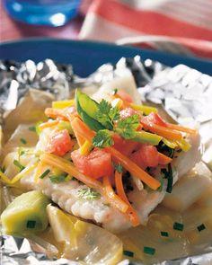 Papillot van kabeljauw met witloof, prei en fijne kruiden I Love Food, Good Food, Yummy Food, Good Healthy Recipes, Healthy Meals, Healthy Food, Fish Dishes, Kraut, Fish Recipes