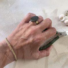 """Mi anillo #aboriginaltalisman con piedra """"Tarajalita verde"""" de playa volcánica y #Palmita """"Minimalis"""" en color #oroviejo #beachtreasures #oceanjewelry #beachjewelry #mermaidjewelry #beachstonejewelry #bohojewelry #beachboutique #inimitable #slowlife #fuerteventura"""