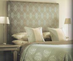letto imbottito, testiera, copriletto e cuscineria realizzati con tessuto ROMO