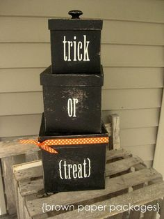 Trick or Treat Boxes. Can put Halloween candy in them. Can use at end of Halloween to store some of your small decorations in the attic. Fete Halloween, Halloween Photos, Halloween Boo, Halloween Projects, Halloween Outfits, Holidays Halloween, Halloween Treats, Halloween Decorations, Holiday Decorations