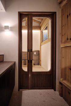 Teo Yang Studio renovates traditional hanok house in Seoul Hall Design, Door Design, Commercial Interior Design, Commercial Interiors, Exterior Tradicional, Traditional Doors, Space Interiors, Asian Design, Hotel Decor