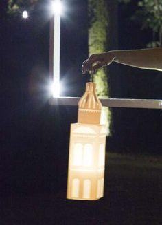 campanili di luce | Viabizzuno | faroles luminosos proyectados por mario nanni y fabricados por Viabizzuno, hechos en papel náutico sintético sobre base y estructura de acero cromado, cableados con led de 1 W de luz cálida, están dotados de pilas con ocho horas de autonomía y cargador incluido. estos objetos iluminantes, recortados con la forma de los campanarios que se admiran desde la terraza de la última planta de cà giustinian