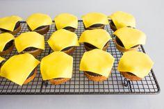 Bald wieder so weit … Kindergeburtstag! Mach einfach diese großartigen Hamburger-Cupcakes! - DIY Bastelideen