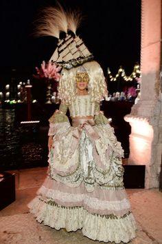 Anna Dello Russo no baile de máscaras da D em Veneza - vem ver mais aqui!