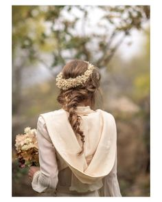 Pues eso para mí una de las novias más estilosa del año  { by @liven_ph}. #buenosdías #goodmorning #coat #hairstyle #hairdo #hair #peinado #beauty #flowers #weddingflowers #bohobride #bohemian #romantic #wedding #weddingday #boda #bride #photography #photoshoot #bridetobe #bridal #novia #beautiful #weddinginspiration #hairinspiration #weddinghair #love #like #picoftheday #siempremia