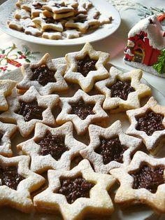 Biscuiții aceștia în formă de sandvici de steluțe sunt perfecți pentru o gustare dulce de Crăciun. Puteți face alte modele, atât timp cât aveți două forme asemănătoare de dimensiuni diferite. Timp de preparare: 60 minute la frigider, 10 minute la cuptor Cantitate: aprox. 20 fursecuri Ingrediente: 225 g unt la temperatura camerei 60 g zahăr … Baby Food Recipes, Sweet Recipes, Cake Recipes, Dessert Recipes, Cooking Recipes, Romanian Desserts, Romanian Food, Christmas Deserts, Christmas Baking