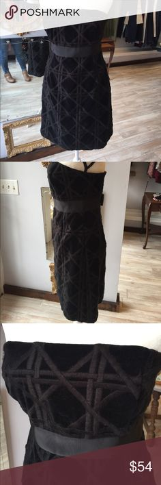 VINEYARD VINES BLACK COCKTAIL DRESS Strapless black velvet like dress with overall pattern and thick gros grain ribbon below bust. Cute accent bow on the back Vineyard Vines Dresses Midi