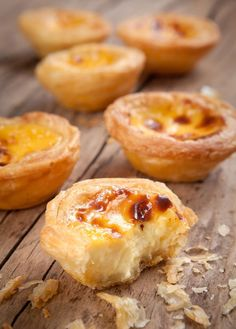 Pasteis de nata © WitthayaP - shutterstock Those really look like they are . Mini Desserts, Dessert Recipes, Custard Tart, Egg Tart, Dessert Party, Food Tags, Portuguese Recipes, Cuban Recipes, Biscuit Cookies