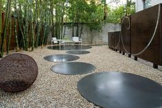 Gravel patio ideas have been around with creative and unique decor. Improving your outdoor home with gravel patio ideas is easy and on a budget Gravel Landscaping, Gravel Patio, Modern Landscaping, Landscaping Design, Concrete Pavers, Gravel Garden, Concrete Garden, Concrete Wall, Round Concrete Stepping Stones