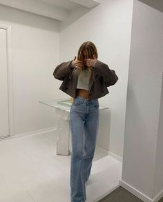 How to style a cropped blazer and jeans for a day trip to the museum. The easiest way to look chic wearing wide leg jeans and sandals Mode Outfits, Jean Outfits, Trendy Outfits, Fashion Outfits, Fashion Ideas, Hipster Outfits, Sporty Outfits, Fashion Tips, Nike Sweat