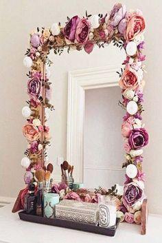 I've been spotting some fantastic DIY vanity mirror recently. Here are 17 ideas of DIY vanity mirror to beautify your room Diy Casa, Ideias Diy, Home And Deco, Beauty Room, Diy Beauty, Diy Room Decor, Home Decor, Bedroom Decor Diy On A Budget, Boho Bedroom Diy