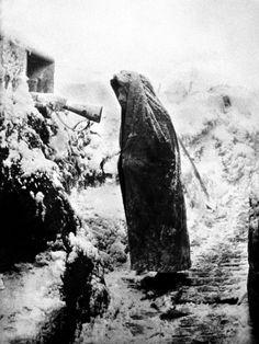 """""""Début 1915. Sentinelle à son créneau de tir dans une tranchée enneigée, secteur de la Fontenelle. « En ligne les poilus, dès qu'il pleuvait ou neigeait, piétinaient dans la boue […]. """" Frantz Adam/AFP."""
