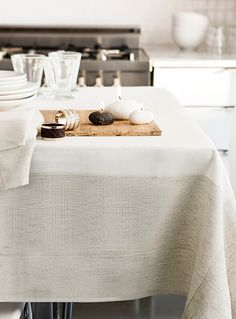 Une exclusivité Simons Maison   L'élégance du blanc pur rehaussé d'un large cadre texturé, discrètement ajouré, qui reproduit l'aspect chic rustique du lin naturel.   - C'est la nappe raffinée et épurée parfaite pour recevoir  - Tissage de polyester sans souci, laver-sécher à la machine  - Serviette de table coordonnée également disponible