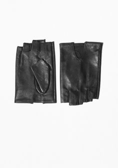 Crafted from oh-so-soft leather, these fingerless gloves are a chic autumn accessory with a refined look and a luscious feel.