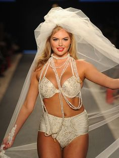 """Click to read Kate Upton's response to the """"Skinny Gossip"""" blogger who called her a """"piggie"""" and """"cow."""""""