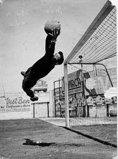 Antonio Restivo, portiere di Genoa e Messina. Super Football, First Football, Football Pitch, Football Art, School Football, Vintage Football, Eerie Photography, Soccer Photography, Action Photography