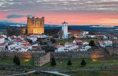 Castelo de Bragança Uma primitiva fortificação de Bragança, poderá ter sido edificada no reinado de D. Afonso Henriques, quando esta região pertencia a seu cunhado, Fernão Mendes, sendo esta estrutura defensiva melhorada no reinado de D. Sancho I, que também concedeu foral à povoação em 1187. Na crise de 1383-1385, aberta pela sucessão de D. Fernando, o alcaide de Bragança, João Afonso, oscilou entre Portugal e Castela, obrigando à intervenção do D. Nuno Álvares Pereira, que o levou ao…