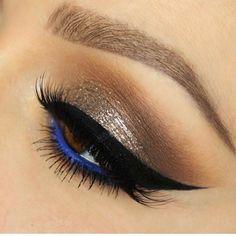 Oro e blu, con eyeliner degno di Marilyn Monroe. Chic e magnetico!