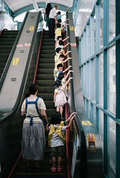 Kids were taking the escalator of Taipei Metro, Taiwan. Taipei 101, Taipei Taiwan, Taipei Metro, National Palace Museum, Asia, Taiwan Travel, Love People, Beautiful Islands, Wonders Of The World