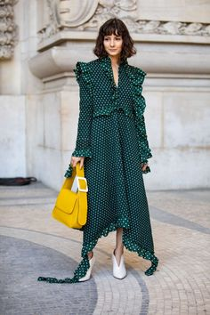 The Best Street Style Looks From Paris Fashion Week Spring 2019 - Fashionista Street Style Trends, Spring Street Style, Street Style Looks, Street Styles, Style Année 70, Style Retro, Cool Street Fashion, Paris Fashion, Fashion Top