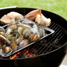 Drunken mussels from the barbecue of Annabel Langbein – recipe – okoko recipes Bbq Pork, Bbq Grill, Gourmet Recipes, Cooking Recipes, Healthy Recipes, Cobb Bbq, Weber Bbq, Good Food, Yummy Food