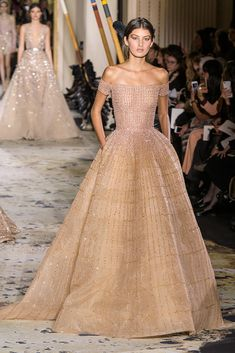 See all the Zuhair Murad Haute Couture Spring 2018 looks from the runway. Style Couture, Haute Couture Fashion, Spring Couture, Haute Couture Gowns, Couture Dresses Gowns, Vestidos Fashion, Fashion Dresses, Hijab Fashion, Runway Fashion