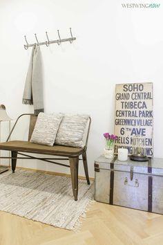 Designwissen Flickenteppich: Die gewebten Teppiche aus alten Stoffstreifen feiern gerade ein Revival. In unserem Fall machen sie den Flur gemütlicher und dank Lederstreifen in angesagter Metallic-Optik sehen sie trotzdem super stylish aus!
