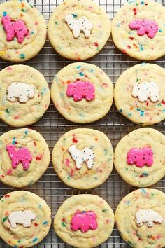 Feel like a kid again with these super easy to make Circus Animal Sugar Cookies! Homemade sprinkled sugar cookies topped with frosted animal cookies! Just Desserts, Delicious Desserts, Yummy Food, Healthy Food, Delicious Cookies, Healthy Recipes, Galletas Cookies, Sugar Cookies, Cookie Recipes