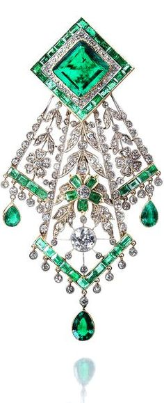 An emerald and diamo beauty bling jewelry fashion
