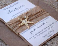 Dankeschön-Karte Hochzeit gefaltet mit Seestern in Sackleinen und Jute Garn sorgfältig gemacht, perfekt für Ihre Gäste zu sein.  Dieser Strand Hochzeit Dankeskarten wird gefaltet, so dass Sie Ihre persönliche Nachricht innen schreiben könnte.  Gefällt Ihnen, aber wollen Sie etwas ändern? Ich liebe Sonderanfertigungen :) Zögern Sie nicht, uns Nachricht, wenn Sie irgendwelche Fragen haben.  ♥♥♥♥♥ Hochzeit danken Ihnen Karten ♥♥♥♥♥  (1) Dankeschön-Karte in Elfenbein Cardstock mit Schimmer…